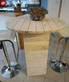 High table created with pallet planks to be used with high benches, is ideal for a bar or the kitchen of a house. The table has been created by Or Lia, from Table Bar, Diy Table, Pallet Furniture Tutorial, Palette Diy, Bois Diy, Diy Kitchen, Plank, Dyi, Projects To Try