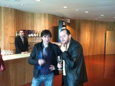 Dos asistentes a la Bibliocata conspirando con gaseosa mientras echan un trago. Tercera Bibliocata, Briones, 2011