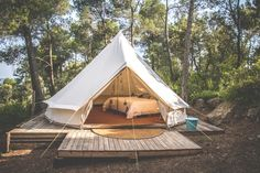 Ah, the art of glamping. Combining chic ideas with the outdoors, glamping is a way to have fun and be comfortable. Not quite camping yet not quite a s. Bell Tent Camping, Camping Set Up, Camping Glamping, Beach Camping, Camping Hacks, Camping Ideas, Glam Camping, Rv Hacks, Camping Checklist