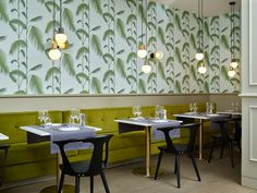 Palm Leaves wallpaper in Le Philanthrope restaurant, designed by Detail Geneva Palm Leaf Wallpaper, Cole And Son Wallpaper, Inspirational Wallpapers, Designer Wallpaper, Wall Design, Interior Ideas, Hospitality, Table, Restaurants