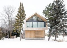 Maison Glissade by AKB is set on a narrow lot in a private ski club development in Collingwood, Ontario, Canada,