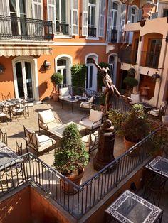 L'été arrive sur la Côte d'Azur ! ☀️  Profitez des 160m² ensoleillés du patio de l'Hôtel Ellington en plein cœur de Nice où azuréens et voyageurs de passage sur la Riviera trouveront leur bonheur à tout moment de la journée …   de 7h à 10h30 : Petit déjeuner buffet maison ☕️ de 10h30 à 18h : Thé ou café gourmand   de 18h à 20h : Happy Hour proposant des offres allant jusqu'à -50% sur la carte  de 20h à minuit : Bar à Whisky & Cocktails originaux