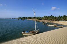Situada no município de Trairi (Ceará, Brasil), a praia de Mundaú foi habitada pelos índios Tapuias dos Potiguaras e, atualmente, é considerada um dos principais destinos de refúgio do Ceará. No local, é possível visualizar a divisão entre o rio Mundaú e o mar feita pelas faixas de areia. (FOTO: Site Mochileiros)