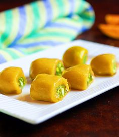 6 ingredients and 20 minutes to make vegan mango pistachio rolls Gourmet Recipes, Sweet Recipes, Vegetarian Recipes, Healthy Recipes, Vegan Vegetarian, Pistachio Dessert, Indian Dessert Recipes, Indian Sweets, Delicious Desserts