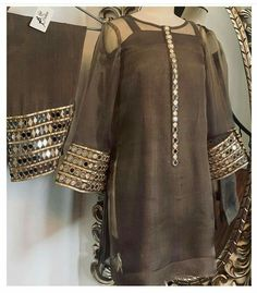 - Source by - Fancy Dress Design, Stylish Dress Designs, Designs For Dresses, Frock Design, Simple Pakistani Dresses, Pakistani Dress Design, Indian Dresses, Pakistani Fashion Party Wear, Pakistani Outfits