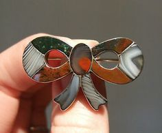 Beautiful 19thC SCOTTISH Victorian Inlaid AGATE & STONE Solid SILVER BOW BROOCH.