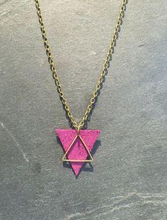Collier triangle en cuir violet et laiton