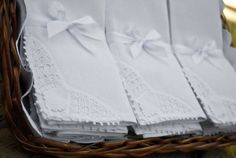 Toda a delicadeza dos bordados, neste conjunto composto por:  12 guardanapos quadrados de tecido, medindo aprox. 40 x 40 cm, com detalhe em uma das pontas em renda renascença e bainha em meio ponto.  *: Tecido misto de algodão e poliéster (50% de cada), conhecido com Linhão  FOTO ILUSTRATIVA. POR SE TRATAR DE PRODUTO ARTESANAL, A RENDA PODE APRESENTAR PEQUENAS DIFERENÇAS NO DESENHO.   BANDEJA  DE VIME NAO INCLUIDA R$ 108,00