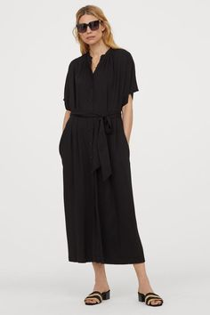 Calf-length dress in airy woven viscose fabric. Small stand-up collar with gathers buttons at front and short sleeves. Removable tie belt at waist and concealed side-seam pockets. Summer Work Dresses, Spring Dresses Casual, Fashion Art, Black Dress Accessories, Black Dress Outfits, Dress Black, Calf Length Dress, Little White Dresses, Belt Tying