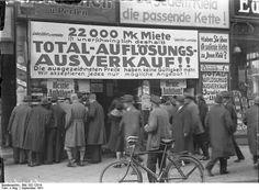 Total-Auflösungs-Ausverkauf eines Geschäftlokals in der Friedrichstrasse, dass infolge der enorm hohen Miete schliessen muss. 1931