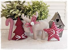 * Super-cute Christmas garland * Cute star-elk-fir-tree candy cane-garland in shabby / country hous Christmas Patchwork, Christmas Sewing, Diy Christmas Gifts, Handmade Christmas, Christmas Ornaments, Holiday Decor, Christmas Tree, Jolly Holiday, Magical Christmas
