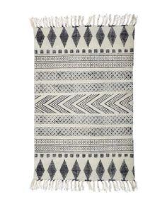 Gråt og sort tæppe fra House Doctor I et grafisk mønster. Et fantastisk flot tæppe fremstillet i 100% bomuld. Størrelse og mønster kan variere en smule, da tæppet er printet og lavet ved håndkraft. Tåler rens eller håndvask