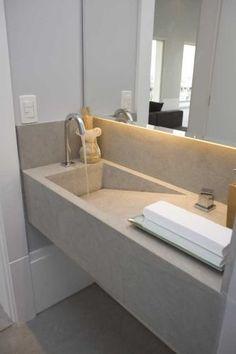 As designers Carla Asevedo e Valéria Goldenberg Bartholi projetaram este lavabo que tem como referência o cimento queimado. Porém, como poderiam aparecer trincas se fosse esse material, elas optaram limestone, com tonalidade semelhante a do cimento, usado na bancada e no piso do espaço de 2,20 m²