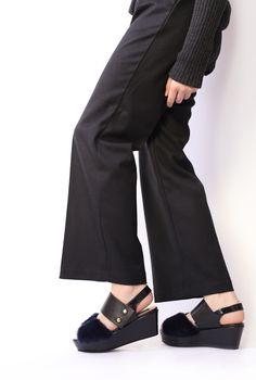 サイドを飾るダークブルーのリアルファーが印象的なサンダル ファーとプラットソールとの絶妙なボリューム感やシルエットがアーバンな雰囲気の一足です AGENT GREIP Fur platform sandal AGJ-005 #agentgreip#sandals#kicks#shoes#fur #blue#love#cute#girl#fashion #エージェントグレイプ#シューズ#サンダル#ブルー#ファー