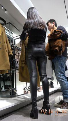 4k-紧身皮裤苗条身材街拍美女逛服装店第二集 街拍小站 Lederhosen, Leather Pants, Asian, Outfits, Projects, Leather Jogger Pants, Suits, Leather Leggings, Kleding