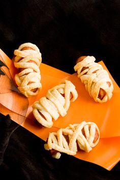 Paula Deen Mini Mummies This sounds fun for Halloween! Halloween Party Snacks, Halloween Appetizers, Halloween Food For Party, Halloween 2013, Halloween Stuff, Paula Deen, Mummy Hot Dogs, Hot Dog Recipes, Mini