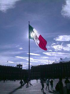 Zocalo y Bandera Nacional acercandose la hora en que bajen la Bandera.