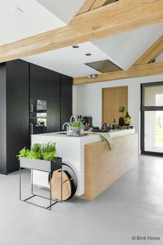 Keuken inrichten : botanisch geïnspireerd met zwart, groen en hout Furnishing the kitchen: botanically inspired with black, green and wood Diy Kitchen, Kitchen Dining, Kitchen Decor, Kitchen Ideas, Kitchen Wood, Kitchen Plants, Kitchen Gardening, Kitchen Country, Stone Kitchen