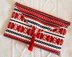 Jengerbread Creations: Envelope Clutch Tutorial. From recycled materials (placemats and a table runner)--spanish