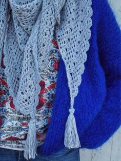 Omslagdoek of driehoeksjaal gemaakt door Wolplein. Heel mooi patroon om te maken voor het voorjaar. Gratis haakpatroon inclusief haakdiagram. Crochet Shawls And Wraps, Crochet Cardigan, Crochet Scarves, Crochet Clothes, Crochet Toys, Free Crochet, Vest Pattern, Free Pattern, Crochet Designs