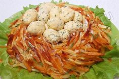 Салат Гнездо глухаря **** курица - 200 г, ветчина - 50 г, маринованные шампиньоны - половина 400 граммовой банки, яичные белки - 3 шт, картофель - 3 шт, соль, свежемолотый перец, майонез, листья салата для птичьих яиц сырок плавленый - 1 шт (100 г) или твердый сыр, яичные желтки - 3 шт, зелень укропа, майонез, чеснок - 1-2 зубчика  -------   + komkommer, augurk, uien, lenteuitjes, dille en ijsbergla ****