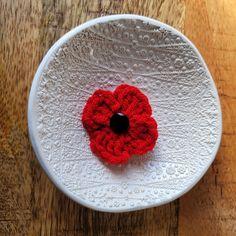 5 Minute Poppy Crochet Pattern Crochet Poppy Free Pattern, Crochet Flower Tutorial, All Free Crochet, Crochet Flower Patterns, Easy Crochet, Crochet Flowers, Crochet Appliques, Crochet Yarn, Anzac Poppy