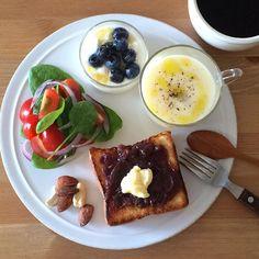 Instagram media keiyamazaki - Today's breakfast. 最近あずきがすごく食べたくなって、朝におやつにばくばく食べちゃう。スープはじゃがいも。 連休最終日。とはいえ、うちは彼が祝日も仕事なので、通常通りでした。むしろ、子育て支援センターは休みだし、どこ行っても混んでるし、で、どう娘と過ごすか、どこに連れていこうか、迷ったな〜。