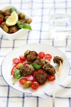 Boulettes de viande aux aubergines et aux olives.