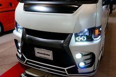 アウトバーンカスタムのハイエース。 オートサロン2016年の出展車輌。 特徴的なヘッドライトとLED2連のフォグライトが夜でも存在感を出している。