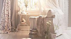 """Ein gemütlicher EKTORP Sessel mit Bezug """"Stenåsa"""" in Weiß, der im Sonnenlicht am Fenster steht, mit vielen Gardinen, u. a. INGMARIE Gardinen..."""