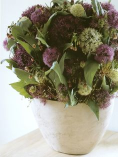 Arranjo de flores lilas em vaso de ceramica  Designer: Marcel Wolterinck Fotógrafo: Sigurd Kranendonk Fonte: IN / EX  (Marcel Wolterinck)
