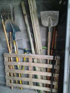 paletten garten Ingenious garden tools storage to help you prep for a no-clutter yard work season! Read on to learn more! Ingenious garden tools storage to help you prep for a no-clutter yard work season! Read on to learn more! Garden Tool Storage, Shed Storage, Garage Storage, Storage Ideas, Easy Storage, Storage Rack, Garden Projects, Garden Tools, Diy Projects
