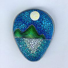 Painting stones and creating mandala pictures - 42 mystical examples. Rock Painting Patterns, Dot Art Painting, Rock Painting Designs, Pebble Painting, Pebble Art, Stone Painting, Stone Crafts, Rock Crafts, Mandala Rocks