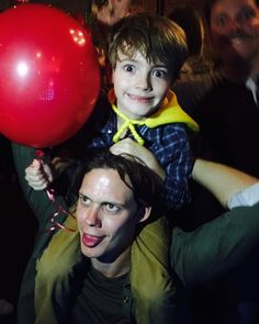 Bill doing the Pennywise face with Jackson Robert Scott (Georgie) Penny Wise Clown, Scary Movies, Horror Movies, Good Movies, Bill Skarsgard Pennywise, It Bill Skarsgard, It Movie 2017 Cast, Roman Godfrey, Jackson