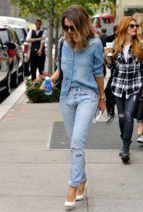 Os Looks All Jeans continuam como uma opção moderna e jovem para looks mais casuais! Não há regras para as combinações! Pode ser um look todo com jeans claro ou variações de tons – uma peça mais clara e outra mais escura. Por que não apostar neste final de semana  INSPIRE-SE: Marina Larroudé Annabelle …