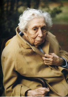 Portrait of Eudora Welty Annie Leibovitz American author of short stories & novels about the American South. The Optimist's Daughter won the Pulitzer Prize in Welty was awarded the Presidential Medal of Freedom Annie Leibovitz Photos, Anne Leibovitz, Annie Leibovitz Photography, Connecticut, Great Photographers, Portrait Photographers, Eudora Welty, Pose, We Are The World