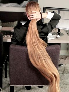 VIDEO - Rapunzel in the office - RealRapunzels Long Hair Play, Very Long Hair, Very Beautiful Woman, Beautiful Long Hair, Down Hairstyles, Pretty Hairstyles, Rapunzel Hair, Wearing All Black, Playing With Hair