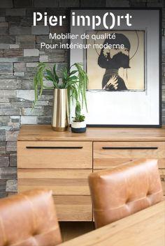 Meuble de rangement en bois massif. Dimensions : 160x45cm, hauteur 80cm. Ce buffet offre 3 portes, et derrière chacune une étagère réglable en hauteur. Style très contemporain, le chêne clair offre de la luminosité à votre décoration intérieure. Ce bahut s'intègre dans une salle à manger pour y stocker la vaisselle, les jeux de société, ou dans un bureau pour le linge, les papiers... Meuble moderne aux lignes épurées, chêne huilé pour une grande durabilité. Wooden Furniture, Furniture Design, Living Room Stands, Oak Sideboard, Space Saving Storage, Storage Solutions, Industrial Style, Natural Wood, House Design