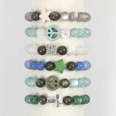 Armband van elastiek met resin en Howlite kralen Voor alle benodigdheden, kijk even bij De Crea Shop. Deze verschillende armbanden zijn allemaal gemaakt in glinsterende kleuren en geregen op een st...