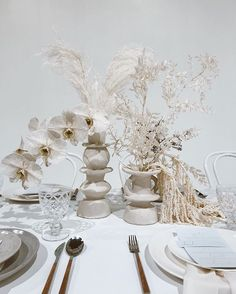leaning into wedding white for this modern tablescape Modern Wedding Flowers, All White Wedding, Floral Wedding, Bouquet Wedding, Wedding Nails, Dream Wedding, Wedding Dresses, Decoration Table, Reception Decorations