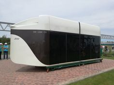 """Íme elkészült a következő személyszállító jármű Újabb szót tanulunk megU4-220 """"Ő"""" a csodálatos 48 személyesdupla Unibus. Miután a minőség-ellenőrzési részleg végzett az U4-220 (kétvagonos, 48 személyes, kétsínes unibus) első vontatómoduljának átvételi ellenőrzésével,a jármű kiszállításra került Marina Gorkába"""
