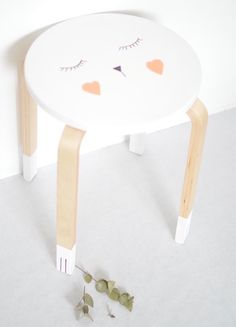 DIY idea for the kids room- tabouret Frosta customisé - Ikea Ikea Hacks, Diy Hacks, Ikea Hack Kids, Frosta Ikea, Banco Ikea, Deco Kids, Diy Casa, Deco Originale, Creation Deco