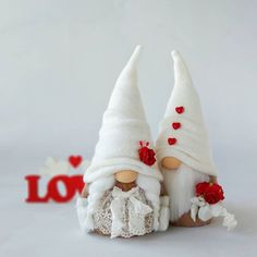love these Valentine's gnomes Valentine Decorations, Valentine Crafts, Holiday Crafts, Christmas Gnome, Christmas Ornaments, Scandinavian Gnomes, Navidad Diy, Craft Fairs, Craft Gifts