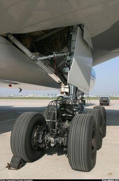 Boeing 777 main landing gear