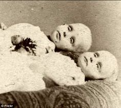 This site exists to discredit the idea of the Victorian standing post mortem photo. Post mortem photos do exist, but none of them are stand alone. Victorian Photos, Victorian Era, Memento Mori, Photographie Post Mortem, Death Pics, Bodies, Post Mortem Pictures, Victorian Photography, Post Mortem Photography