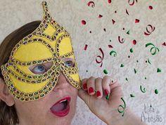 Faça uma máscara de carnaval cheia de brilho e glamour.  #carnaval #diy #mascara #artesanato #passamanarias #facavocemesmo
