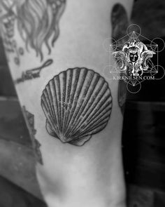 Engraving style shell tattoo on the left thigh.
