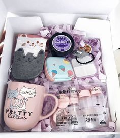 Diy Gifts For Friends Birthday Box 22 Best Ideas Cute Birthday Gift, Birthday Gift Baskets, Diy Gift Baskets, Birthday Gifts For Best Friend, Christmas Gifts For Friends, Diy Birthday, Best Friend Gifts, Christmas Diy, Family Gifts
