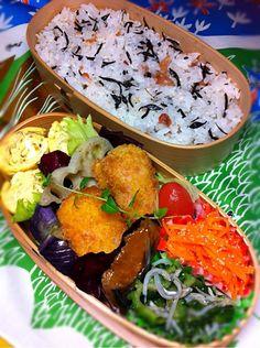 posted from @okukatu1130 おはようございます☀️今日はどれだけ暑くなるかな? 息子のお弁当です〜 ヒジキと梅干ご飯、ポテサラの小さいコロッケ、鯖梅煮、ゴーヤじゃこ等〜 #お弁当 #obentoart #曲げわっぱ