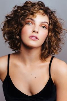 Those days when all the coolest styles were only for straight hair are over. Here are some fun and trendy ideas and inspiration for curly hair.just don't cut it yourself gurl. ✨ hair styles Simple And Trendy Haircuts Great For Curly Hair 💇🏼‍♀️ Haircuts For Curly Hair, Trendy Haircuts, Curly Hair Cuts, 4c Hair, Wavy Hair, Straight Hairstyles, Modern Haircuts, Ombre Hair, Pelo Midi